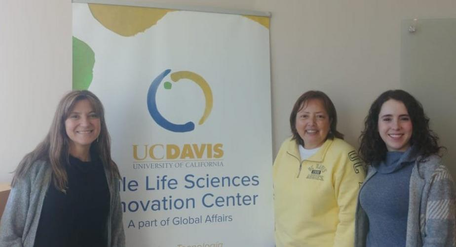 Margarita Jimenez-Silva poses with students in front of UC Davis Chile Center banner